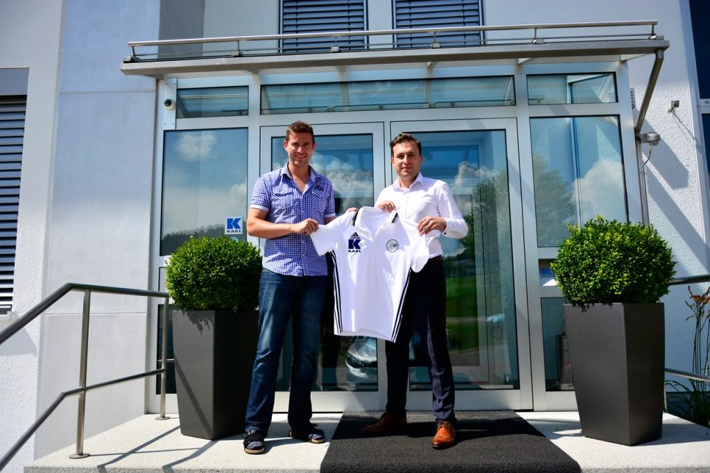 v.l. Stolz präsentierten sich Patrick Weinmann, Finanzbuchhaltung und André Karl, Mitglied der Geschäftsleitung der KARL-Gruppe mit den neuen Polo-Shirts für den Tennisverein.