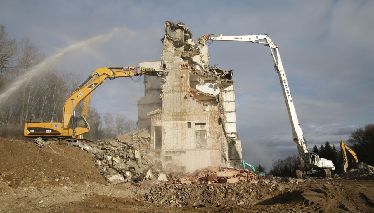 Abbruch der Gesa-Klinik in Freyung, Liebherr 974 mit Longfront